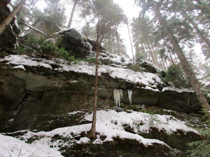 Skály v Kyjovském údolí v zimě - severní Čechy