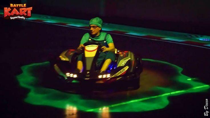 """""""Tu prends les cadeaux, tu esquives les bananes et tu vises quand tu as une carapace verte, ok?"""" Et ça... sur un VRAI circuit. 2 génies de l'informatique ont bossé pendant 5 ans pour construire BattleKart : Mario Kart dans la vraie vie. Dans un hangar de 5000 m2, en BATTLEKART - Belgique, des projecteurs fixés au plafond affichent un circuit au sol pour que puissiez piloter votre kart dans le jeu vidéo. Here we go ! (accent italien)"""