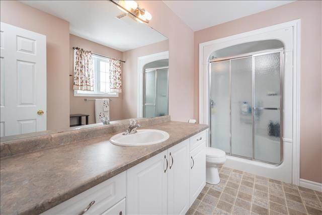 10 Year Old, 3 Bedroom, 2.5 Bathroom, with $30k+ in Upgrades in Oakridge!