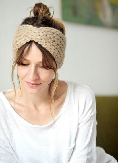 Das Stirnband wird aus dicker Wolle gestrickt und sorgt garantiert für warme Ohren - Strickanleitung via Makerist.de