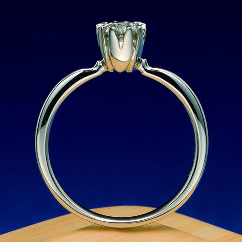 婚約指輪 千本桜 -senbonzakura-  桜の花をデザインした婚約指輪です。             桜の5枚の桜の花びらでダイヤモンドを取り巻く様にセッティングされています。  Engagement ring   Senbon cherry tree -senbonzakura- It is the engagement ring which designed the flower of the cherry tree.   It is arranged so that a diamond may be surrounded with five petals of a cherry tree of a cherry tree.