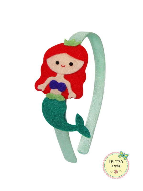Arco revestido com cetim, decorado com Princesa Ariel (Pequena Sereia) de feltro.