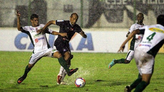 RexParagominas - Chuva forte castigou o gramado no Arena Verde em 13/02/2014, e equipes tiveram que se virar para fazer a bola rolar (Foto: Akira Onuma/O Liberal)