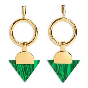 Ett par riktigt maffiga örhängen med geometriska former och gröna stenar.