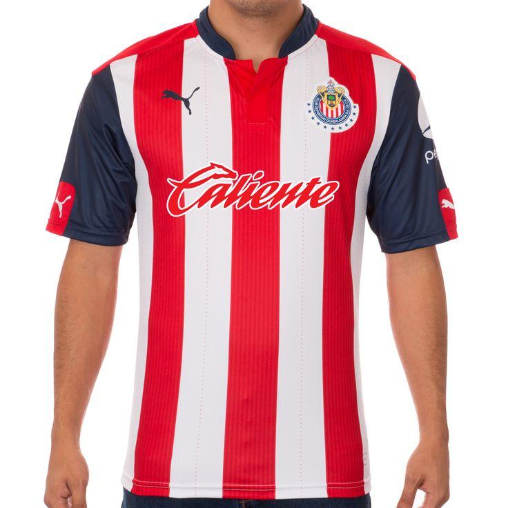 CALIENTE SERÍA EL NUEVO PATROCINADOR DE CHIVAS La casa de apuestas estaría ocupando el espacio de la parte frontal de la playera. La marca estuvo en el partido ante Pachuca regalando camisas con su marca al frente.