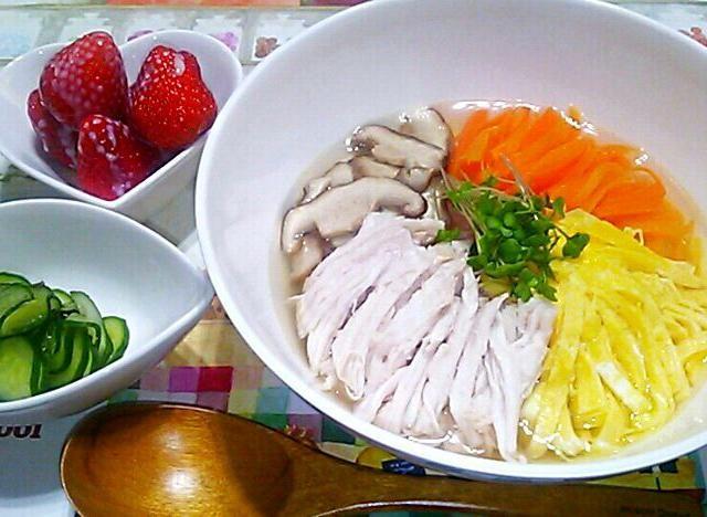 3/26 - 34件のもぐもぐ - 鶏飯風スープご飯・きゅうりの浅漬け・イチゴ練乳がけ by maichyo