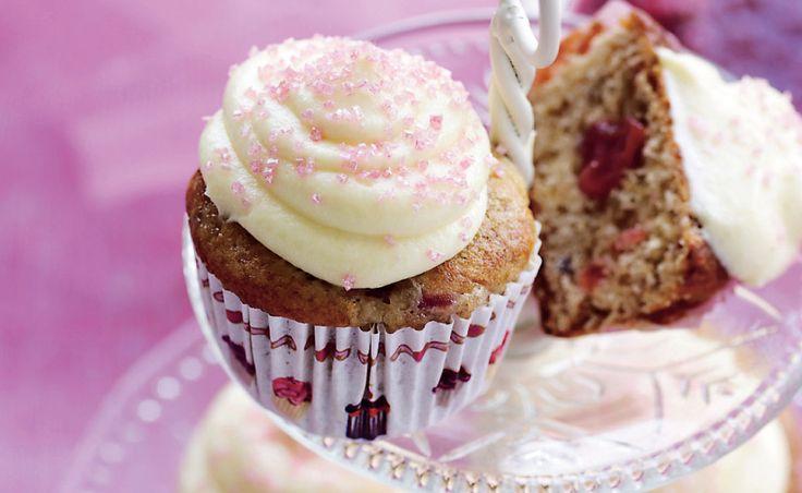 Dejlige, friske muffins med blød topping. Pynt med lidt friske bær eller lyserødt krymmel. De smager ekstra godt, hvis du serverer resten af kompotten til