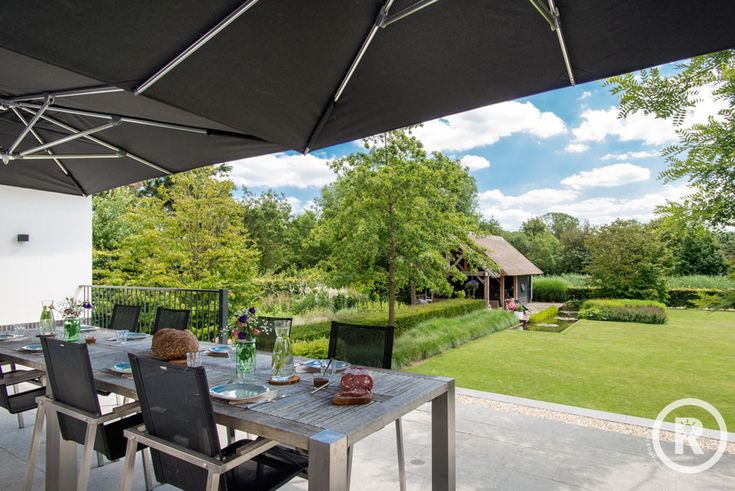 Tuininspiratie De Rooy Hoveniers klassieke tuin villa tuin terras overkapping vijver grasveld Waspik