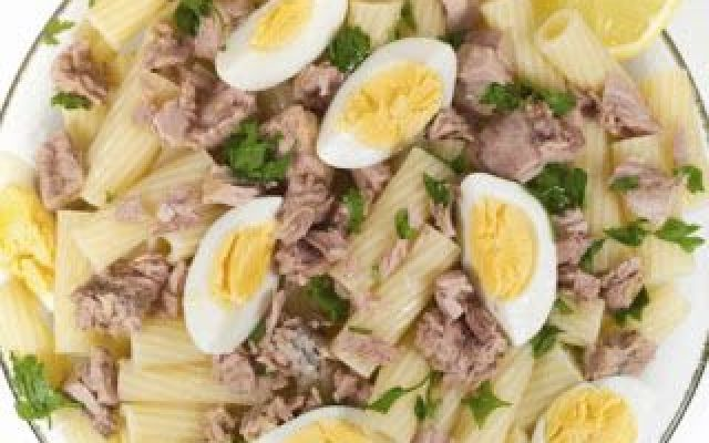 Pasta fredda con uova sode e tonno... oggi vi propongo una gustosissima e saporitissima ricetta di pasta... fredda!!!! Con l'arrivo della stagione estiva e quindi del caldo, ormai non abbiamo più voglia di mangiare cibi caldi...perchè al #pasta #tonno #uova