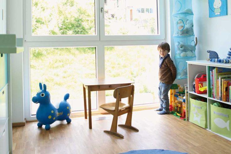 Bodentiefe Fenster auch im Kinderzimmer – so hat der Nachwuchs auch einen freien Blick in den Garten. Foto: Gussek