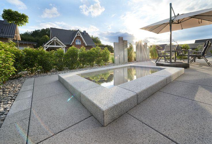 Vianova® Maxx - nicht nur mit ihrer Kantenlänge von bis zu einem Meter beeindruckt die großformatige Terrassenplatte. Sie sorgt für ein weiträumiges und angenehm ruhiges Erscheinungsbild und ist in schlichten grau- und anthrazit Tönen erhältlich.