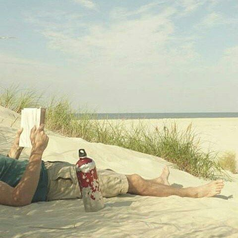 Beach + Book + SIGG = Perfection! Great photo by @floskel_  #sigg #customsiggbottles #siggbottles #waterbottles #hydration #healthy #fitlife #spring #sun #warmth #beach #beachlife #beachstyle #ecofriendly #reading #books
