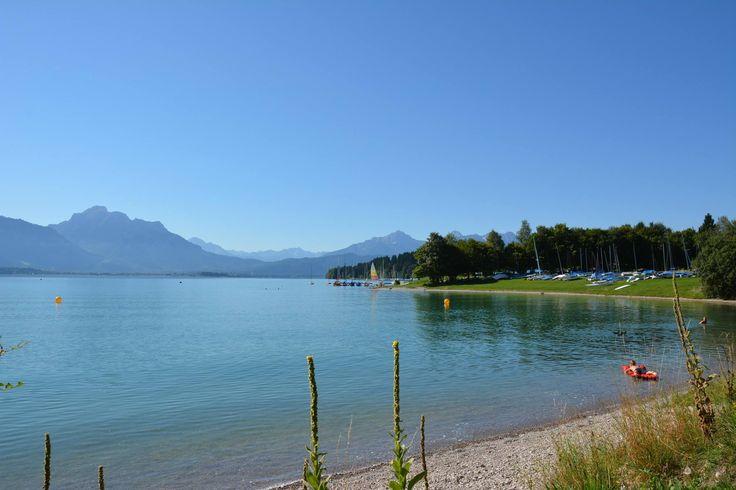 Der #Forggensee ist mit rund 15 Quadratkilometern Fläche der größte Stausee #Deutschlands und der größte See des #Allgäus. Während der #Sommermonate, wenn der See voll aufgestaut ist, fügt er sich perfekt in die umliegende #Allgäuer #Traumlandschaft ein und bietet zahlreiche Möglichkeit für vergnügliche Aktivitäten auf dem Wasser oder an den Ufern.  http://www.dreimaederlhaus.de/de/blog/ausflugsziele/der-forggensee-deutschlands-groesster-stausee.html