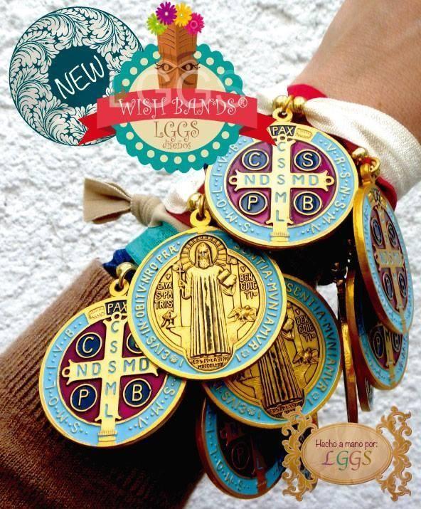 Pulsera de banda elástica con medalla de San Benito esmaltada!!