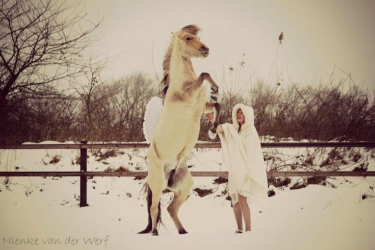 In de sneeuw, outfit (nep'bont'jas of groot fleeceplaid oid?)