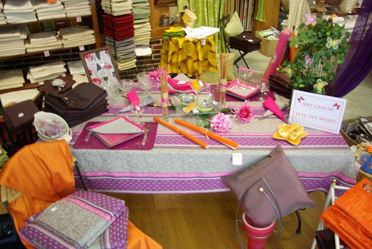 Un arc en ciel de couleurs : Voilages polyester 140 x 240, nappes coton 140 x 240, serviettes coton 40 x 40, set de table et objets de décoration.