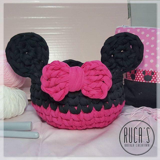 Cesta Minnie Mouse de Trapillo lista para decorar algún rincón de la tienda!!! Ya tengo las llaves del local... que ganas de ponerme manos a la obra!! . . . #crochet #ganchillo #ganxet #trapillo #trapilho #totora #tshirtyarn #minnie #minniemouse #handcraft #handmade #fetama #hechoamano #rucasbotigacreativa