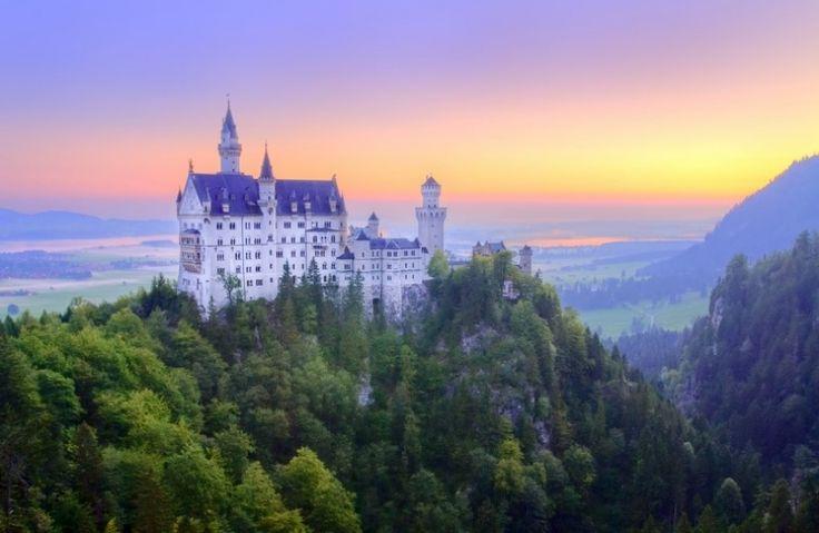 Gelegen boven op de berg torent het Neuschwanstein kasteel hoog uit boven al de rest.