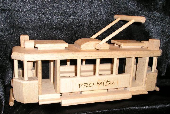 Dřevěná tramvaj dárek s nápisem.Text je vypálen a je tudíž výrazný a trvalý.