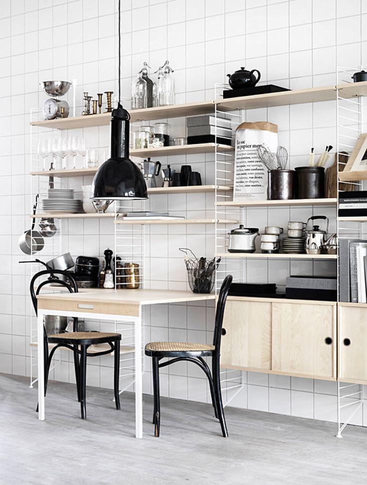 Das #Stringregal kann mit einem Tisch in der Küche erweitert werden #Wohnidee