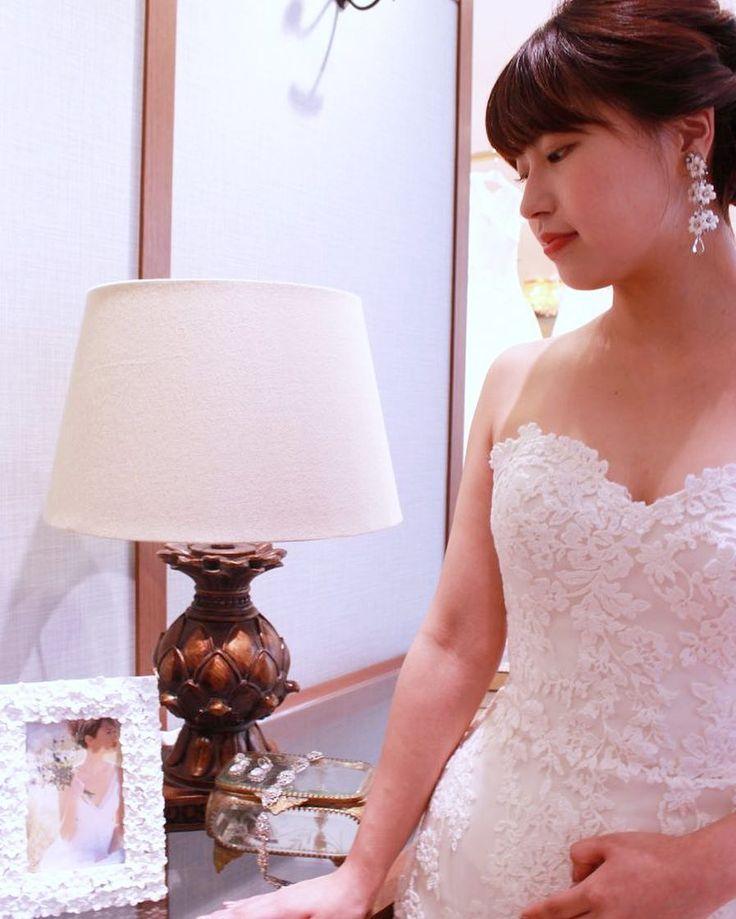 空と光に包まれた空間の中でマーメイドの上にあしらわれたチュールの透明感がより一層際立つENZOANI(エンゾアニ)にドレスです 洗練された会場にはErickson Beamonの印象的なフラワーモチーフのイヤリングだけのシンプルなコーディネートがぴったりです  提携外の結婚式場へのお貸し出しも可能です 結婚式場が決定していない方も着たいドレスから会場を選ぶ相談も承っています  DRESS:03-8971 EARRINGS:07-8641  <お問い合わせ> dresses@dressthelife.jp 0120-791-249  その他のコーディネートはTOPのURLよりご覧ください  #FioreBianca#フィオーレビアンカ#エンゾアニ#結婚式#プレ花嫁#ドレス迷子#熊本#福岡#東京#日本中のプレ花嫁さんと繋がりたい#卒花嫁 #卒花 #披露宴 #関西花嫁 #福岡花嫁 #大阪花嫁 #関東花嫁 #横浜花嫁 #熊本花嫁 #福岡プレ花嫁 #2017秋婚 #2017冬婚 #2018春婚 #2018夏婚 #可愛い#チュール#Aライン#レース#ウェディングドレス