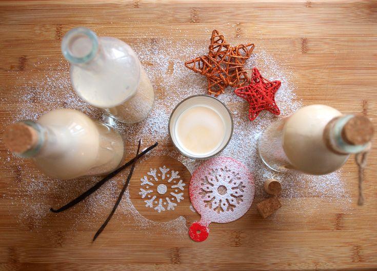 """Tento vynikající vaječný likér jsem před pár lety ochutnala u mé kolegyně na vánočním dýchánku, vzala jsem si recept a od té doby už pro nás Vánoce bez """"vaječňáku"""" neexistují. :) Zkuste si ho také namíchat, netrvá to déle než deset minut. Na cca 1,5l likéru budete potřebovat: 6 žloutků 150g moučkového cukru 1 kondenzované…"""