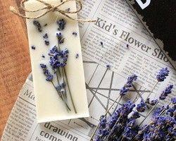 ■ご購入前に必ずお読みください。http://www.creema.jp/exhibits/show/id/2018315■火を灯さないキャンドル~ボタニカルアロマサシェ~レッドカラントの香り蜜蝋、ソイ、パラフィンのブレンドワックスと、お花やフルーツを使ったアロマプレート。ルームアロマとしてお部屋やトイレに飾ったり、クローゼットやタンスに入れておくと、衣類にほんのり香りが移ります。・サイズ:5cm×10cm・蜜蝋ワックス、ソイワックス、国産パラフィンワックス、ドライフラワー、プリザーブドフラワー、ドライフルーツ、フレグランスオイル■ラッピングイメージhttp://www.creema.jp/exhibits/show/id/2018321・通常はOPP袋での包装になります(無料)
