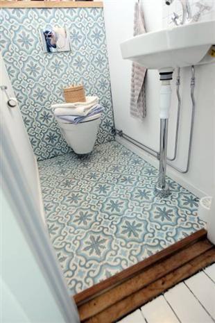 Toaletten är klädd i vackert marockanskt kakel. I källarplan ska ett badrum så småningom byggas.
