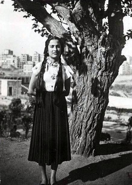 Bir ağacın önünde durarak fotoğraf çektiren genç bir kız, 1947 #istanlook