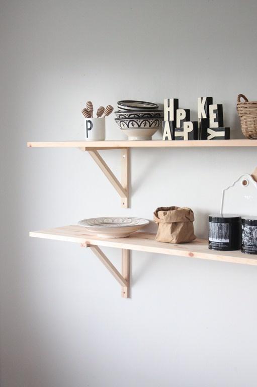 Etagères en bois toutes simples pour ranger dans la cuisine.