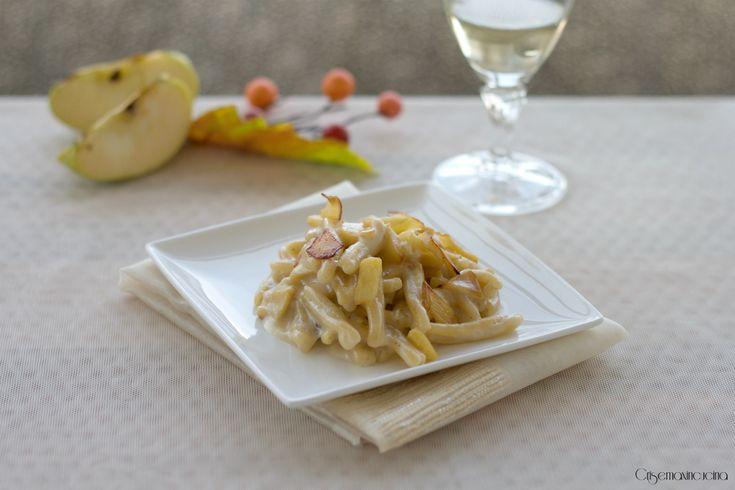 PASTA ALLE NOCCIOLE CON TALEGGIO E MELE, ricetta elegante e raffinata!  http://blog.giallozafferano.it/crisemaxincucina/pasta-alle-nocciole-con-taleggio-e-mele-ricetta-elegante/