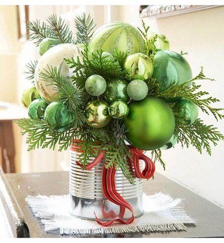 Décoration de Noël DIY : un bouquet de boules vertes