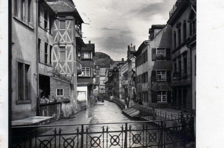 Fischerau    Als Fischerau bezeichnet man eine kleine Straße in der Altstadt von Freiburg. Fischerau und die Gerberau haben ihre Namen von den früher hier angesiedelten Handwerkern und werden vom Gewerbebach durchflossen. Beide Straßen bildeten einst der Kern der so genannten Schneckenvorstadt. Der Name Schneckenvorstadt bezie
