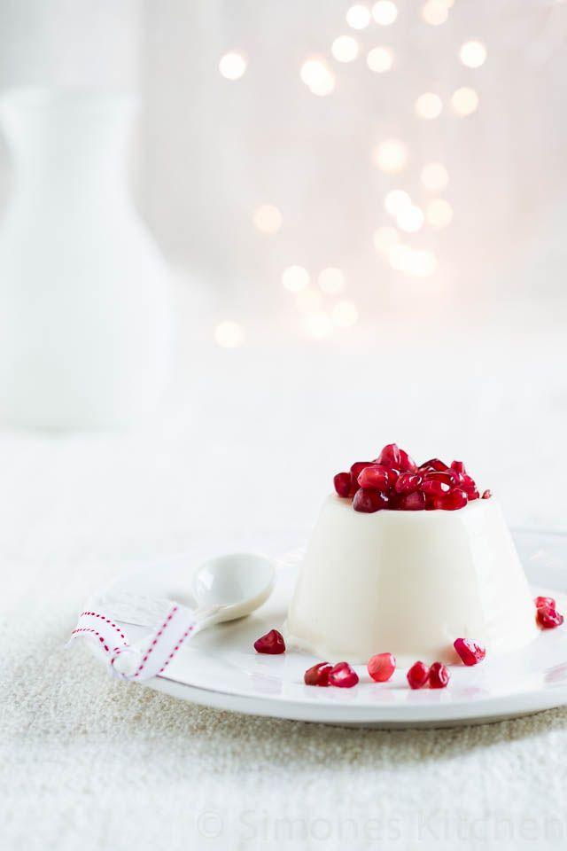 Feestelijk, snel en makkelijk te maken is deze pannacotta die extra kerstsfeer krijgt door gebruik te maken van granaatappel, maar een lekkere cranberry saus kan natuurlijk ook