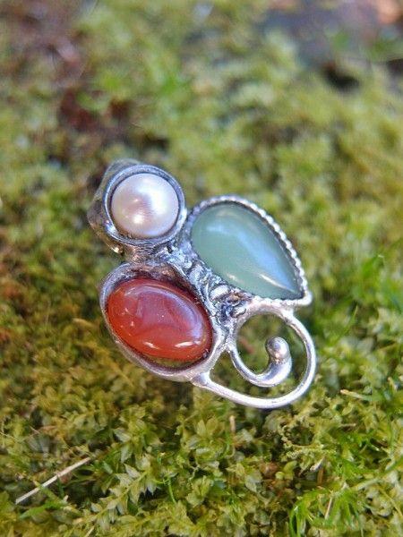 Predstavujem Vám originálne šperky z dielne Katu-Hula. Materiál: Karneol, perla, aventurín zelený,vlastná zliatina strieborného cínu a medi,  Veľkosť: obrúčka je rozťahovacia,...