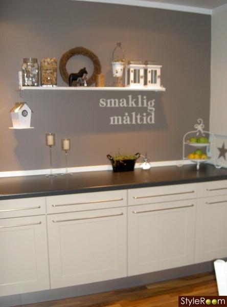 fondvägg kök : Svarta tassar i vit soffa Vackra tapeter