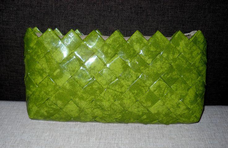 Τσαντάκι-φάκελος σε πράσινο-λαδί χρώμα.Διαστάσεις:29εκ.(μήκος)Χ15εκ.(ύψος).