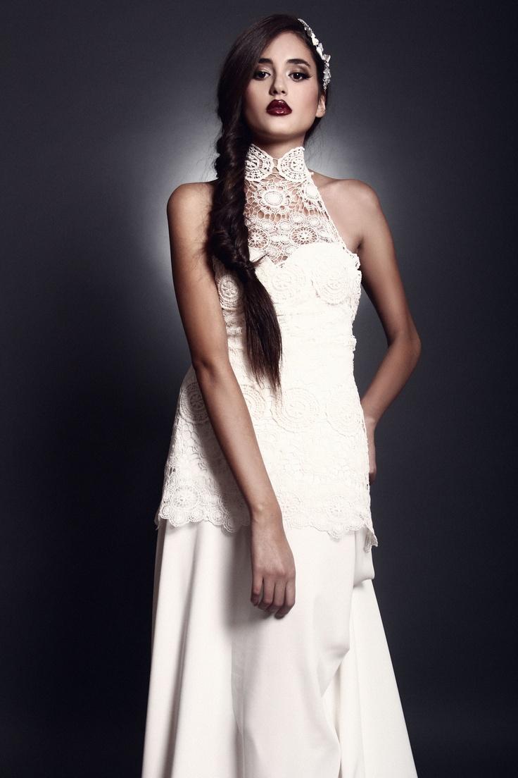 """Este Vestido de Novia es parte de la """"colección 2013"""" la parte superior es de un macrame  con el cuello alto lo hace que se estilice la figura, el faldón todo en seda produce una caída muy suave al vestido."""