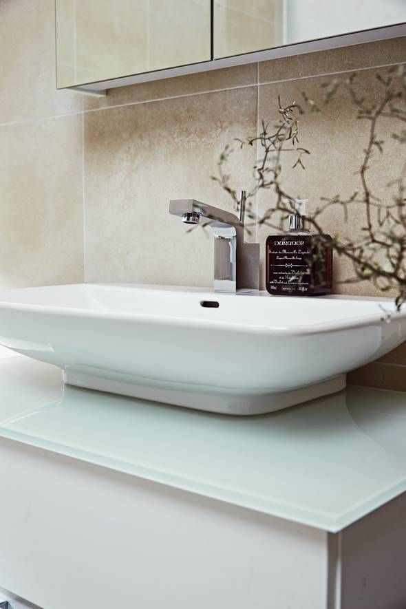 Forma sit-on basin. Work top in white glass.