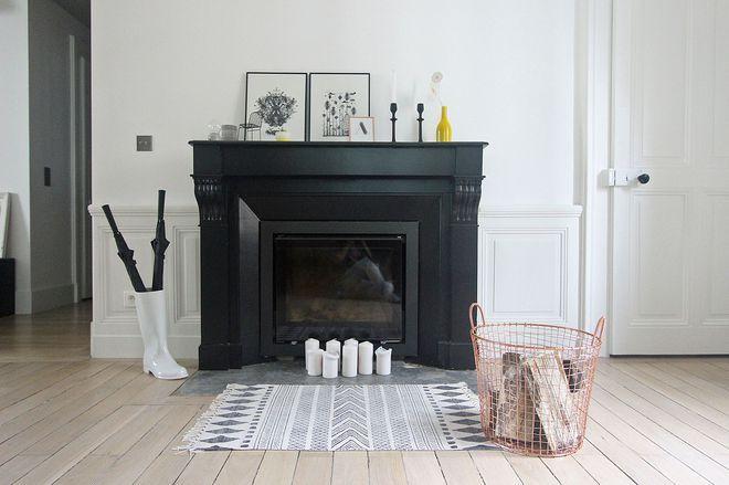 Robe en noir mat pour cette cheminée relookée en un coup de pinceau