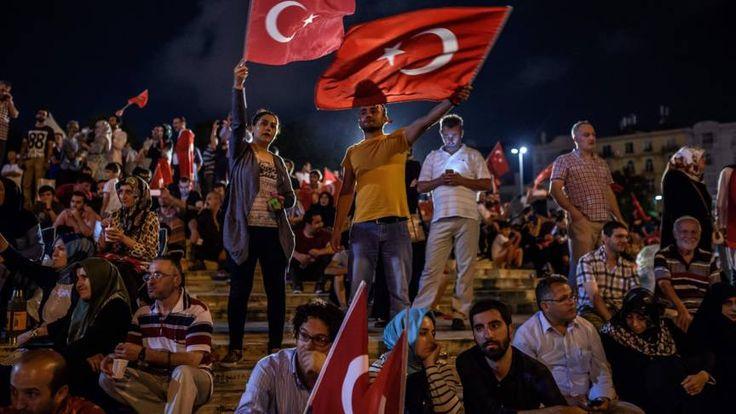 27 generaals, onder wie de verdachte leider van de coup worden verhoord. Zo'n 9000 mensen over het hele land zijn op non-actief gesteld.