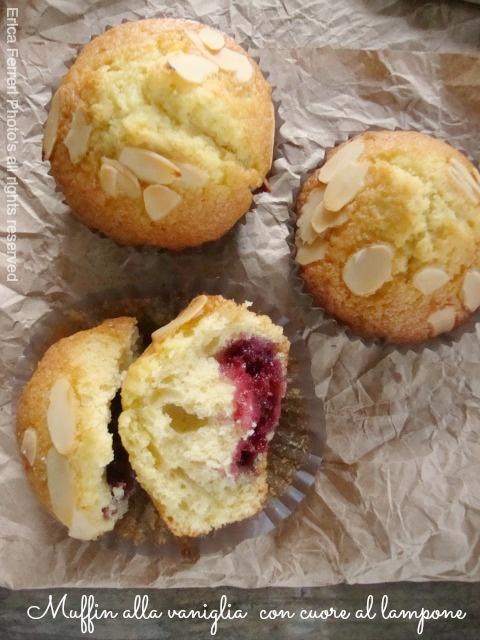 Yoghurt muffins with raspberry filling - Muffin allo yogurt con cuore al lampone