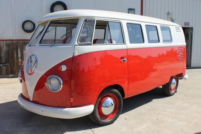 Volkswagen - T1 Kombi - 1962  Volkswagen T1 Kombi van 1962.Duitse makelij (chassis 8808627 zie foto). Oud model met kleine knipperlichten en kleine achterruit. De restauratie is verricht middels een de volledige verwijdering van de carrosserie. Gladgemaakt en gespoten in de originele eigentijdse kleuren gebroken wit op de bovenkant en koraal rood aan de onderkant. Het onderste gedeelte is zonder lassen.1.200 cc 34 pk motor. Origineel en werkend (niet nieuw). De afgelezen kilometerstand is…