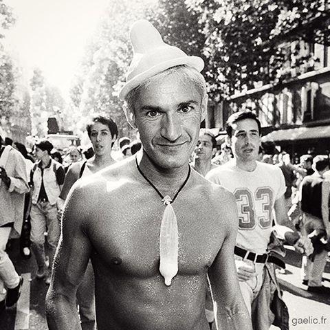 1995-06-24 #France #Paris #GayPride Condom Man #Sidaction #LGBT #AIDS #documentary 20 ans plus tard 20% des 15-25 ans pensent qu'on peut être contaminé par le SIDA en s'embrassant (IFOP) #report #society #archives #street #portrait #bw #nb #film #superlat