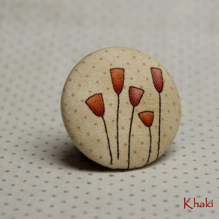 Tulipány - buttonková brož Látková buttonková brož s motivem tulipánků :)