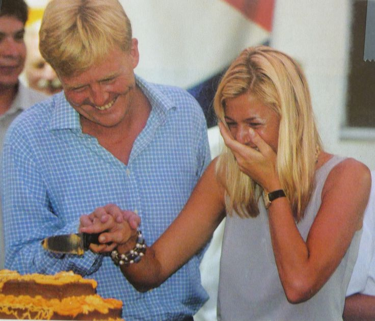 Maxima giert het uit als Willem-Alexander zijn hand niet direct op de hare legt bij het aansnijden van de taart. Antillen 2002