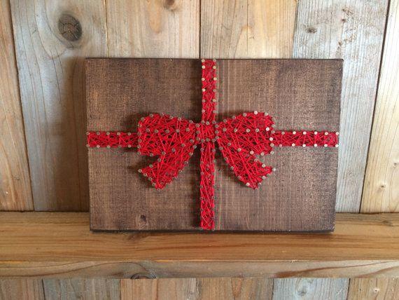 Ce cadeau de Noël string art est un tel plaisir pièce à ajouter à votre décor des fêtes! Qui n'aime pas la vue d'un cadeau joliment emballé avec ruban rouge et d'un noeud?  Chaîne de mesure de l'art: 9 x 6.5  Chaîne art est livré prêt à raccrocher.  Chaque élément est fabriqué sur commande. Sil vous plaît permettre 2-3 semaines pour lachèvement et la livraison de lélément.  Expédiera USPS avec un numéro de confirmation.  * Veuillez noter que vous ne recevront pas larticle dans limage mais…