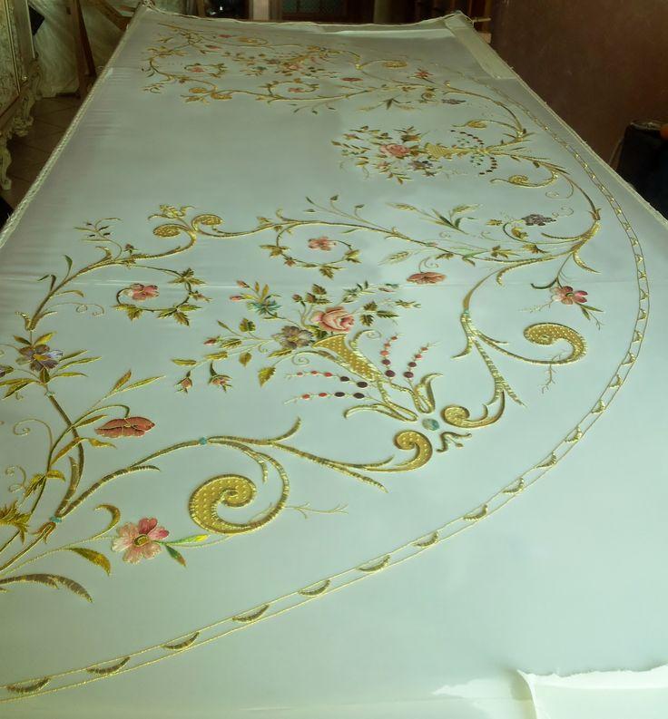 arte sacra,ricamare con stile, riporto in oro e seta su stoffa di seta bianca