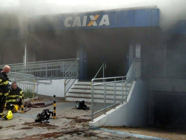 CONEXÃO BOMBEIRO : Após banco ser arrombado no RS, bombeiros voltam p...