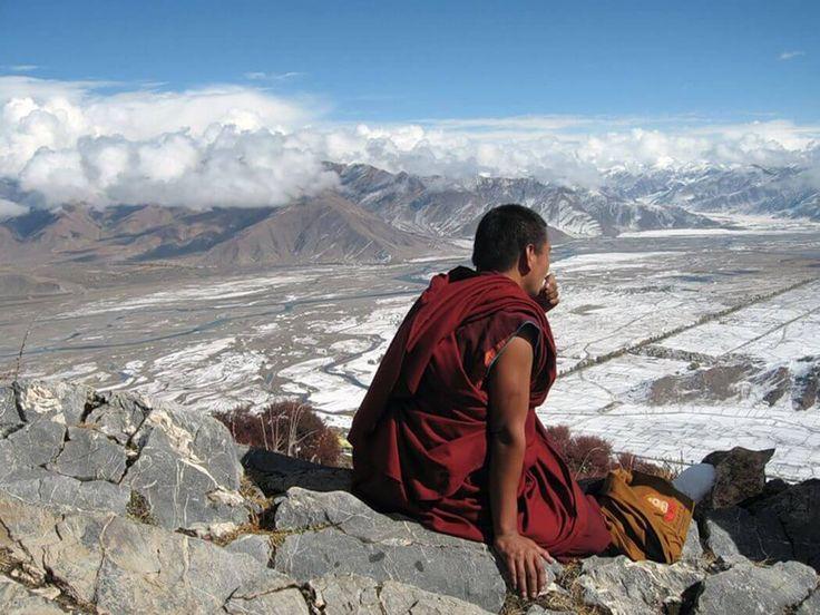 В статье рассказывается о жизни тибетских монахов, а также про отшельников, которые уходят в пещеры, чтобы обрести духовную свободу